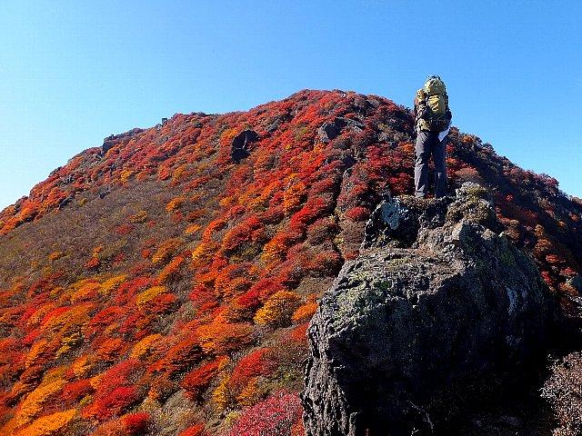 三俣山北峰を仰ぎ見る
