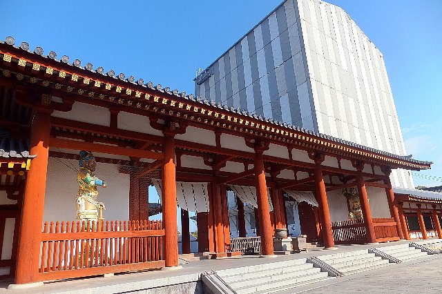 薬師寺 覆屋に覆われた東塔