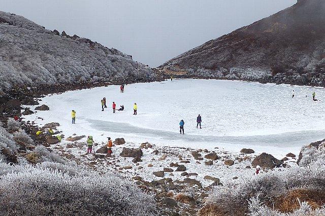 くじゅう 凍結した御池
