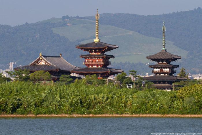 薬師寺 並び立つ東塔と西塔