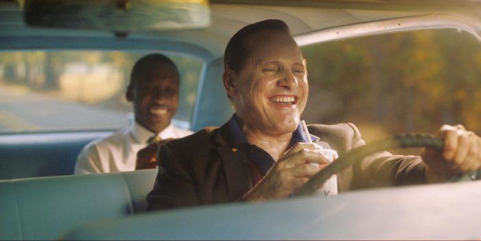 映画『グリーンブック』、フライドチキンを食べるトニーとシャーリー