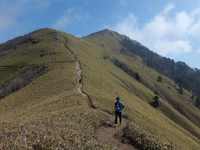 次郎笈(じろぎゅう)峠から仰ぎ見る剣山
