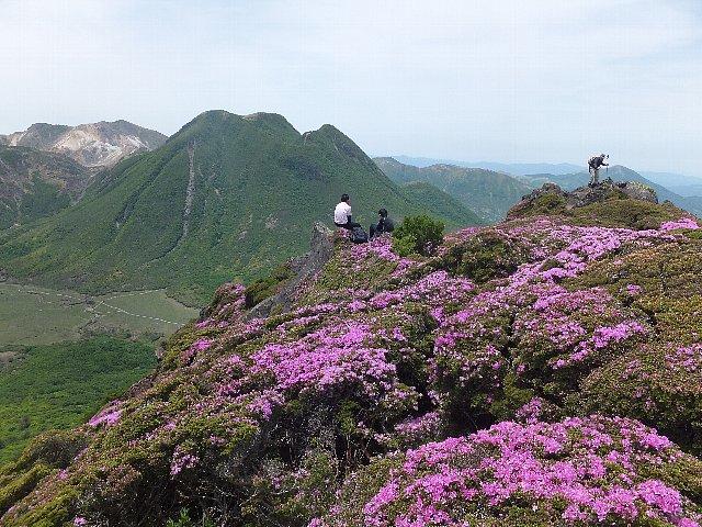 平治岳南峰から望む三俣山