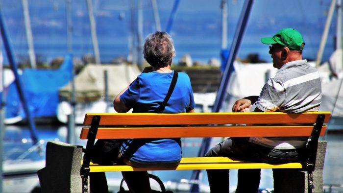 海辺でくつろぐシニア夫婦