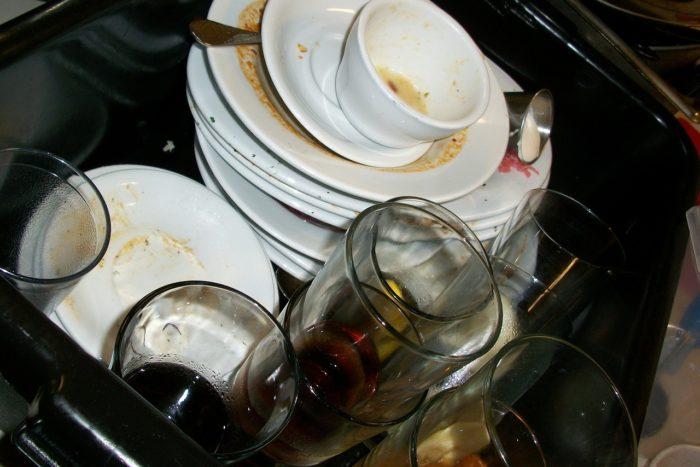 シンクに積まれた食器