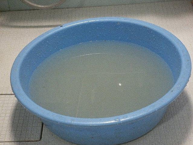 タライでレインウェアを洗い終えた残り湯