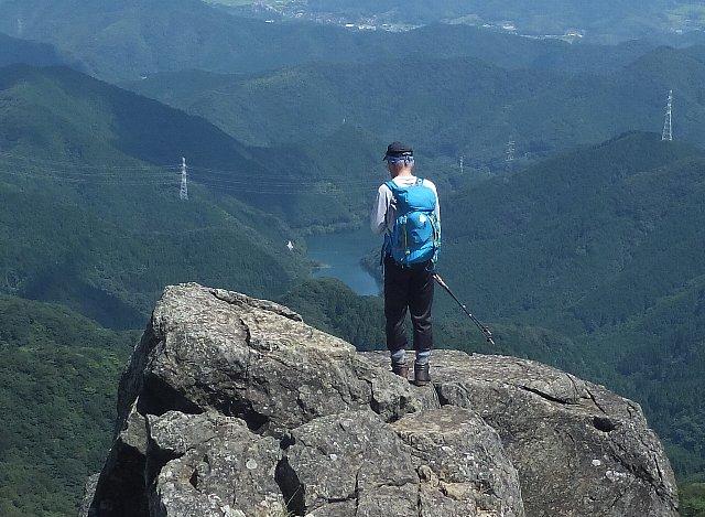 福智山頂から鱒淵ダムを見下ろす男性