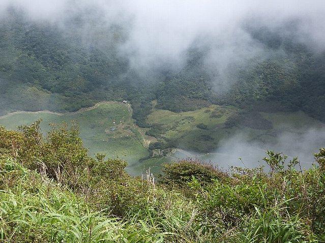 三俣山南峰直下から見た坊がつる