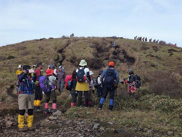 三俣山西峰山頂に向かう登山者