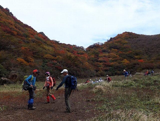 三俣山 大鍋の底の登山者