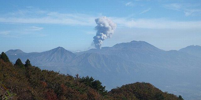 噴煙を上げる阿蘇中岳