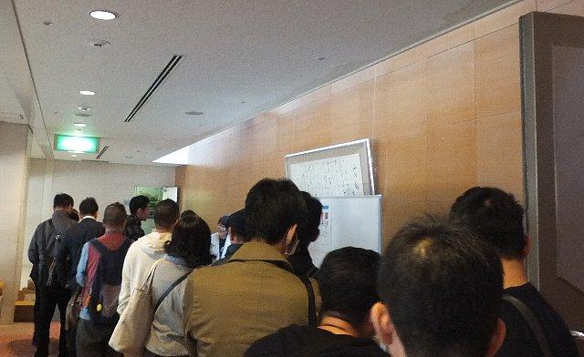 佐々木常夫講演会でサイン本を購入する人々