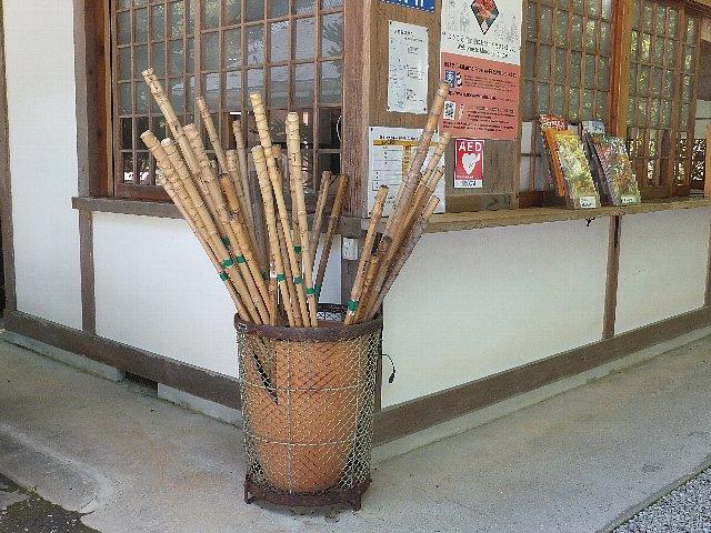 室生寺 山門に置かれた杖
