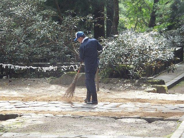 室生寺の参道を清掃する男性