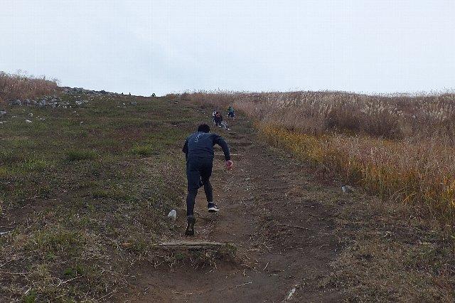 貫山 平尾台 大平山を駆け上がる高校生