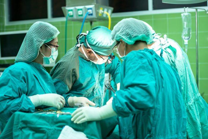 手術中の外科医