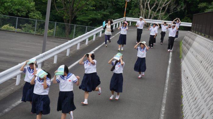 避難訓練中の中学生
