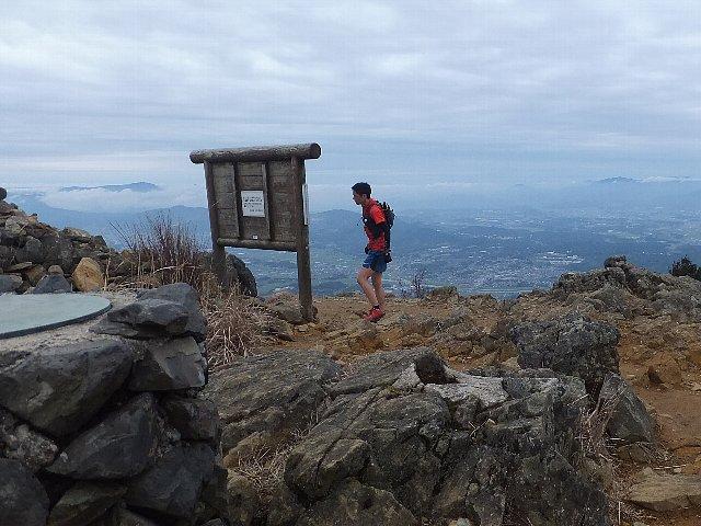 福智山頂のトレイルランナー