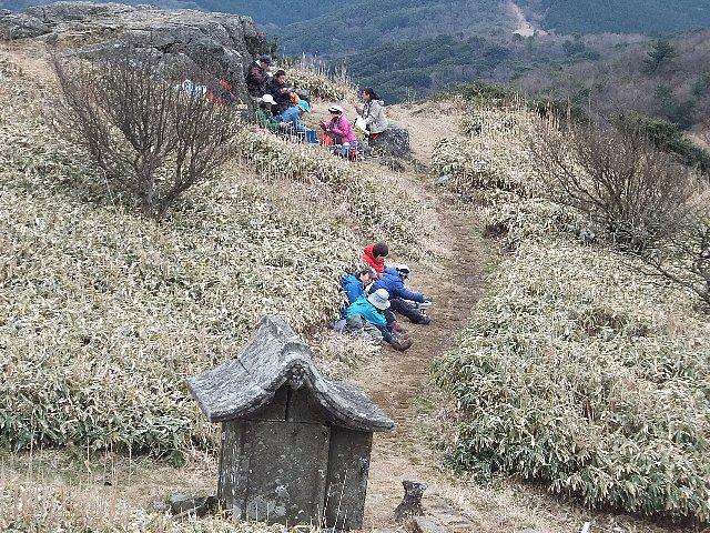 強風を避け、岩陰や斜面でランチを楽しむ方々