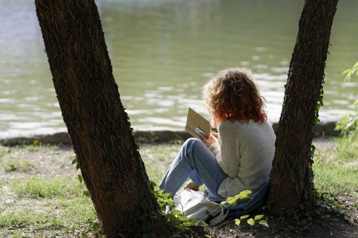 木陰で読書する女性