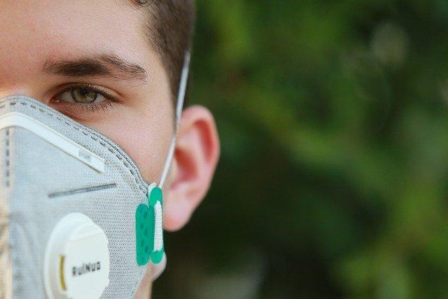 マスク着用の男性