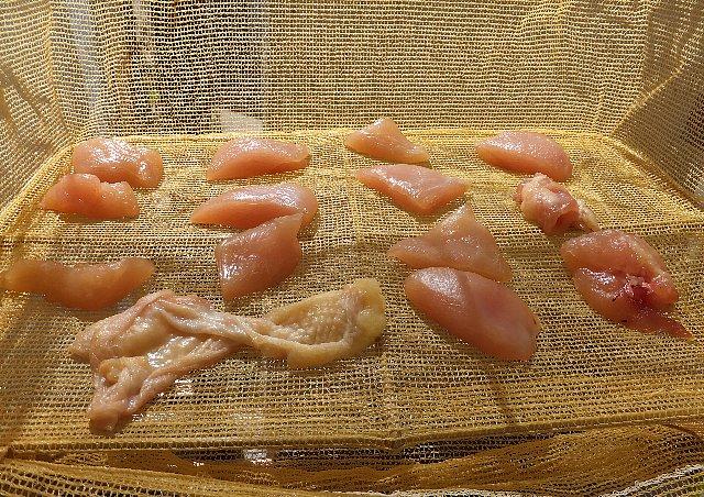 乾燥ネットで干された鶏肉