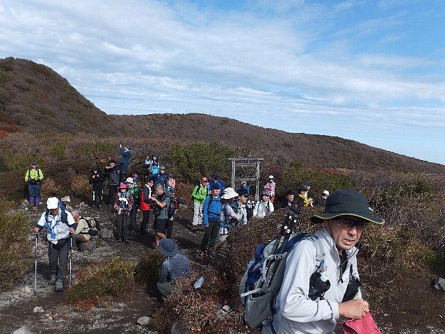 大船山段原を埋める登山者