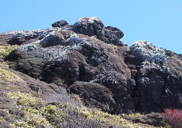 岩にできた霧氷