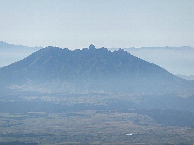 猟師岳から望む阿蘇根子岳