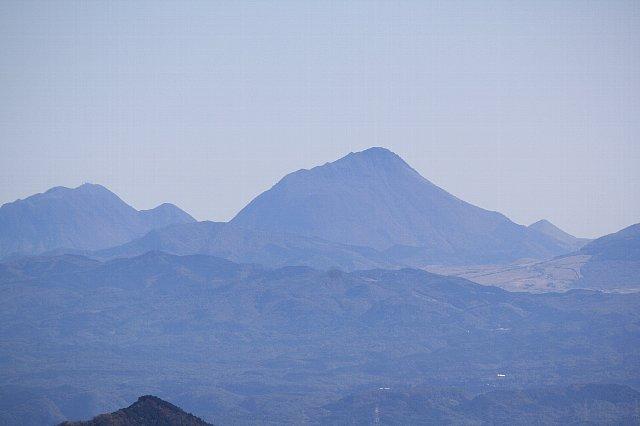英彦山から遠望する由布岳
