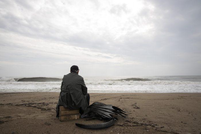 海を眺める老人