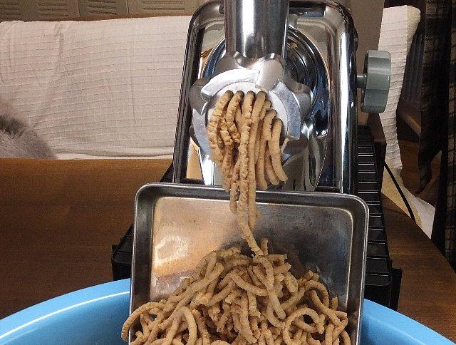 ミンサーで大豆をつぶす 味噌作り
