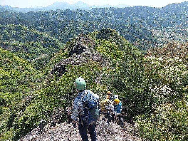 津波戸山の岩尾根から由布・鶴見を遠望する
